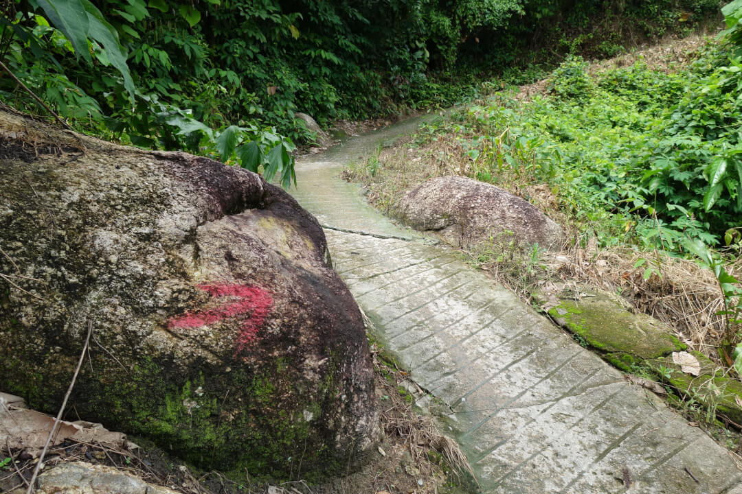 Yellow & red arrows marking the way - Penang Hill Malaysia